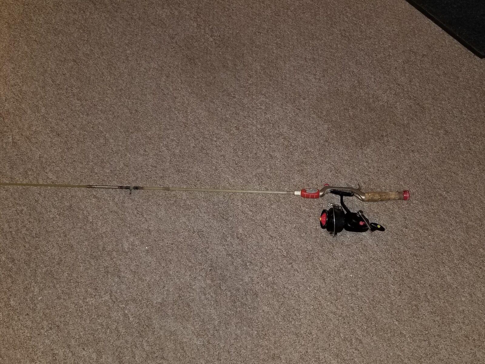 VINTAGE  SOUTH BEND MASTER-GRIP FIBERGLASS FISHING ROD & SOUTH BEND  840 REEL