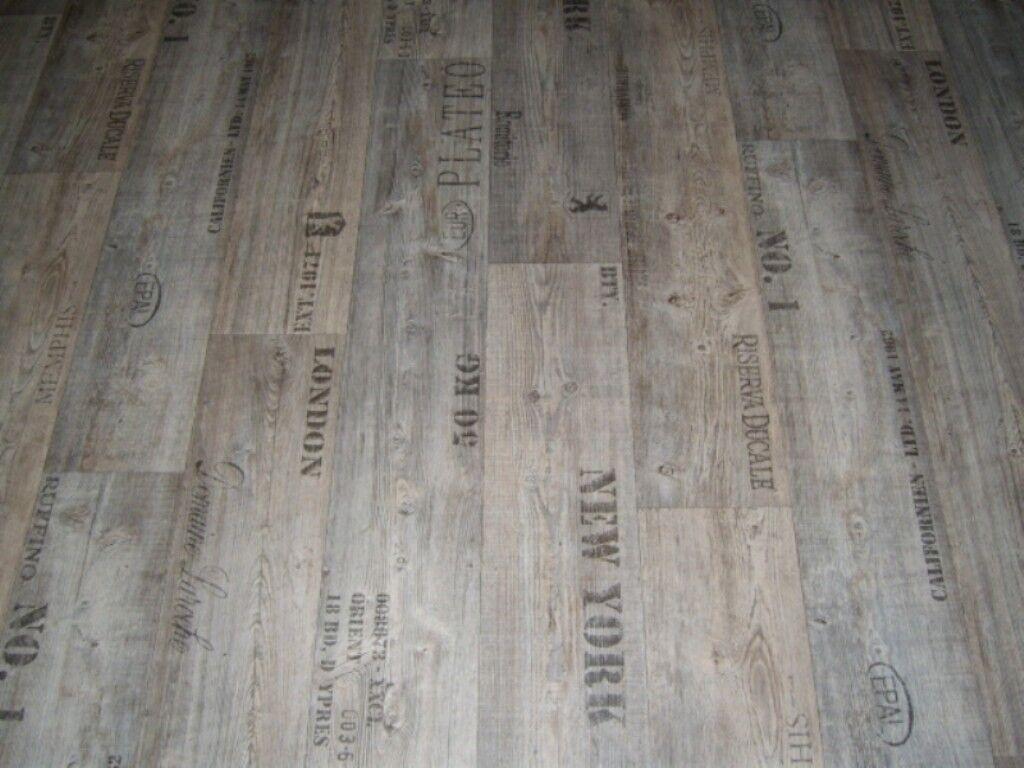 PVC Bodenbelag Holz-Optik Planken mit Schriftzügen grau 300 cm Breite  /qm