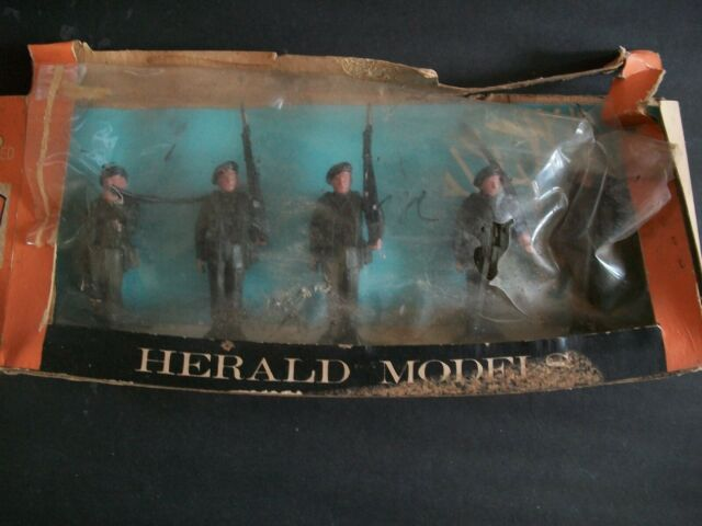 BOXED SET OF PLASTIC SOLDIERS BY HERALD