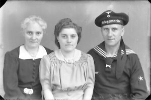 Platte-Negativ-Portraet-Familien-mit-Soldat-der-Kriegsmarine-Original-Belgien