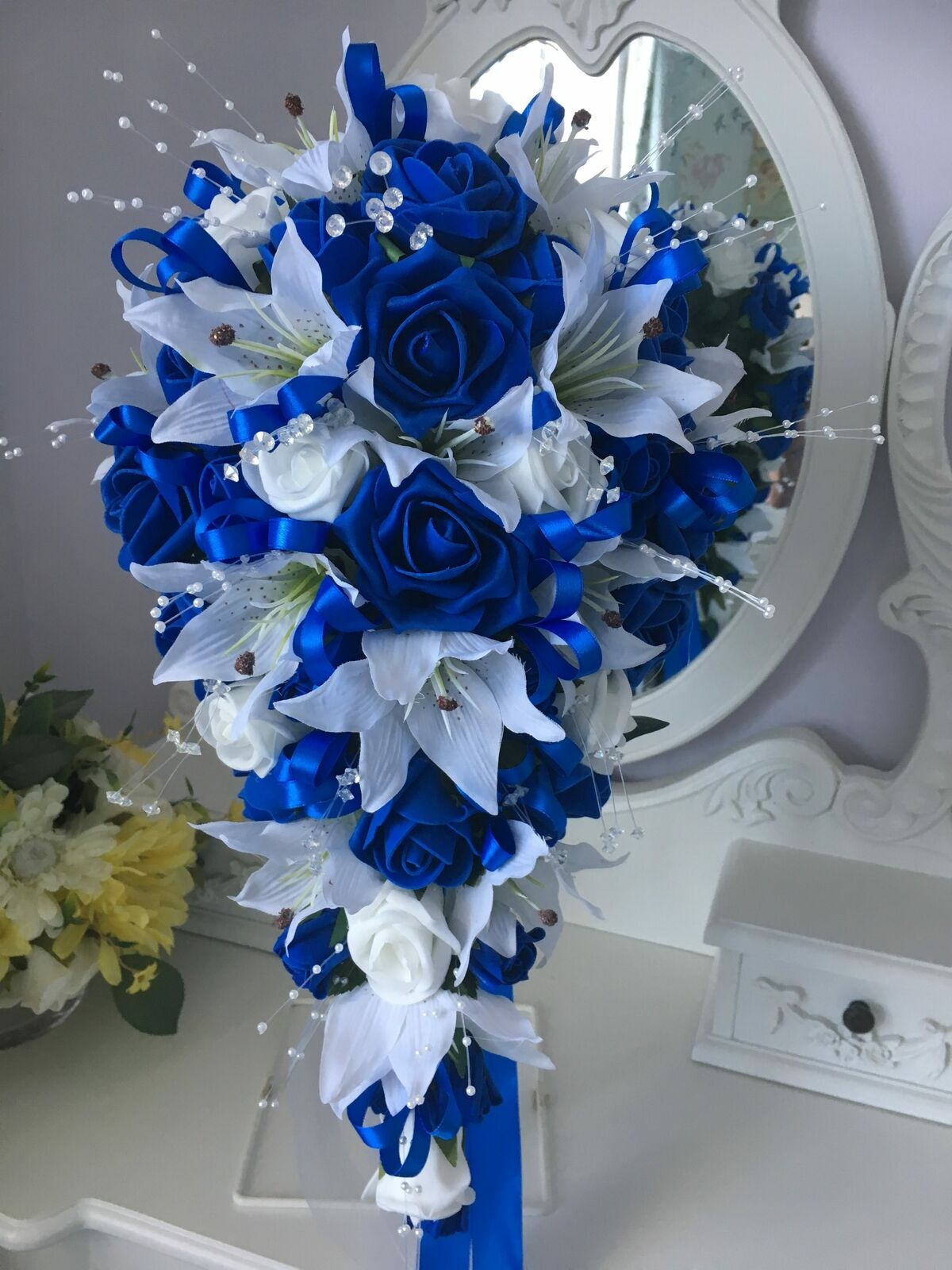 Bridal teardrop shower bouquet in Royal Blau and Weiß