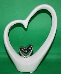 Dekoration-Objekt-Herzform-26-cm-h-mit-Herz-silber-5-5-cm-Keramik-weiss-silber