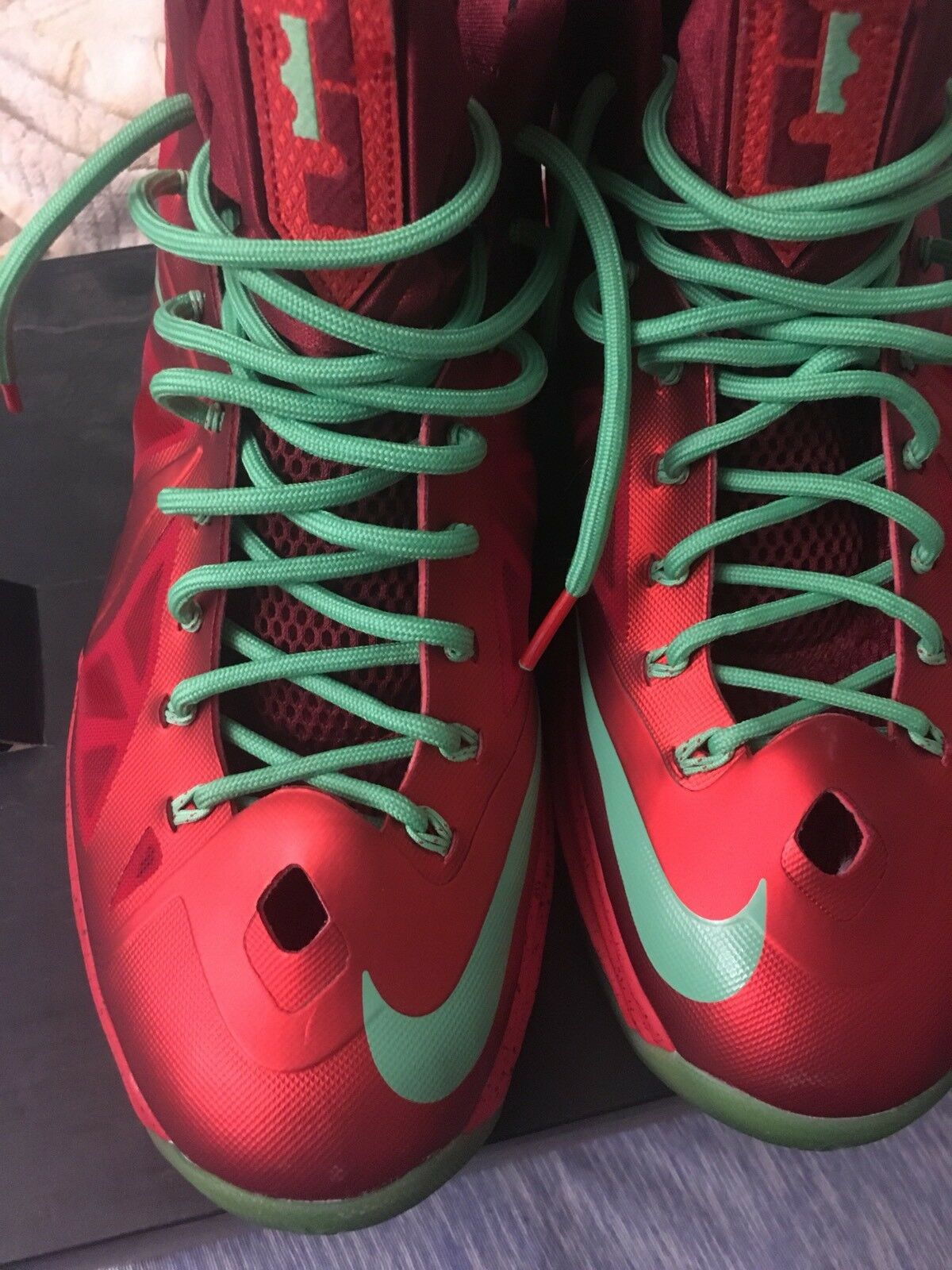 NIKE LEBRON X  CHRISTMAS   ITEM   541100-600, SIZE 11, PRE-OWNED , NEAR DS