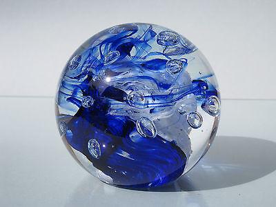 Briefbeschwerer aus Glas blau-weiß.d.9 cm.0,88-0,95 Kg.