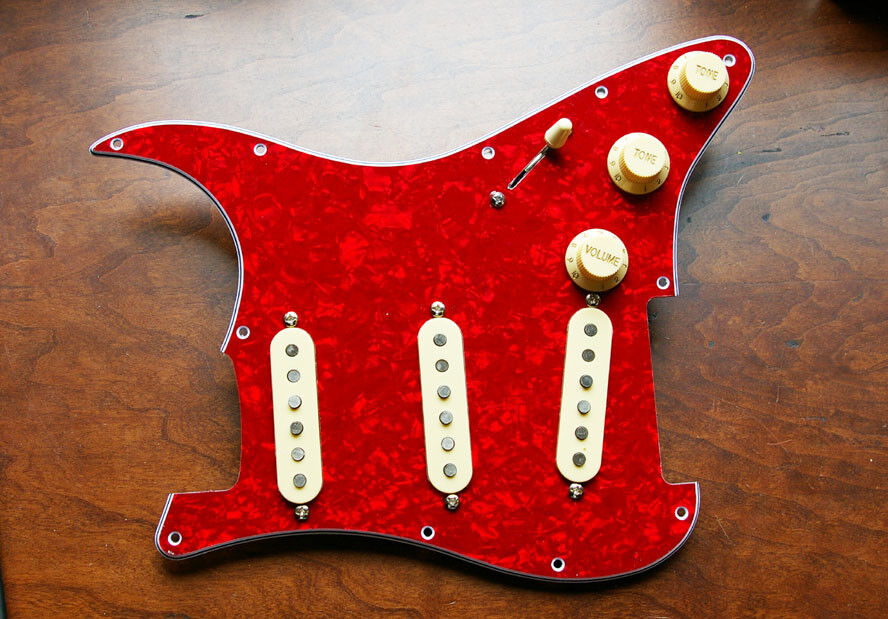 New Fender Gen 4 Loaded Strat Guitar Pickguard Aged Weiß on rot Pearl USA