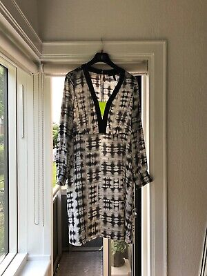 Flagermus kjole i sort hvide striber | Karen Marie