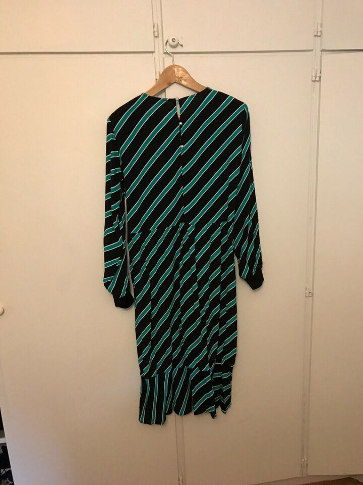 Anden kjole, Modstrøm, str. L