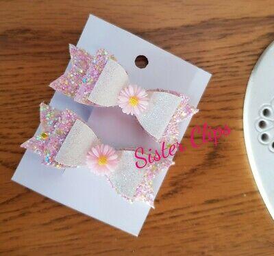 """2 Ragazze Fatto A Mano Rosa E Bianco Piuttosto Daisy Glitter Fermagli Capelli Fiocco 2.5""""-mostra Il Titolo Originale"""