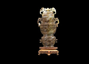 China 20. Jh. Eine Chinesische Halbedelstein / Jade Deckel- Vase Auf Holzständer