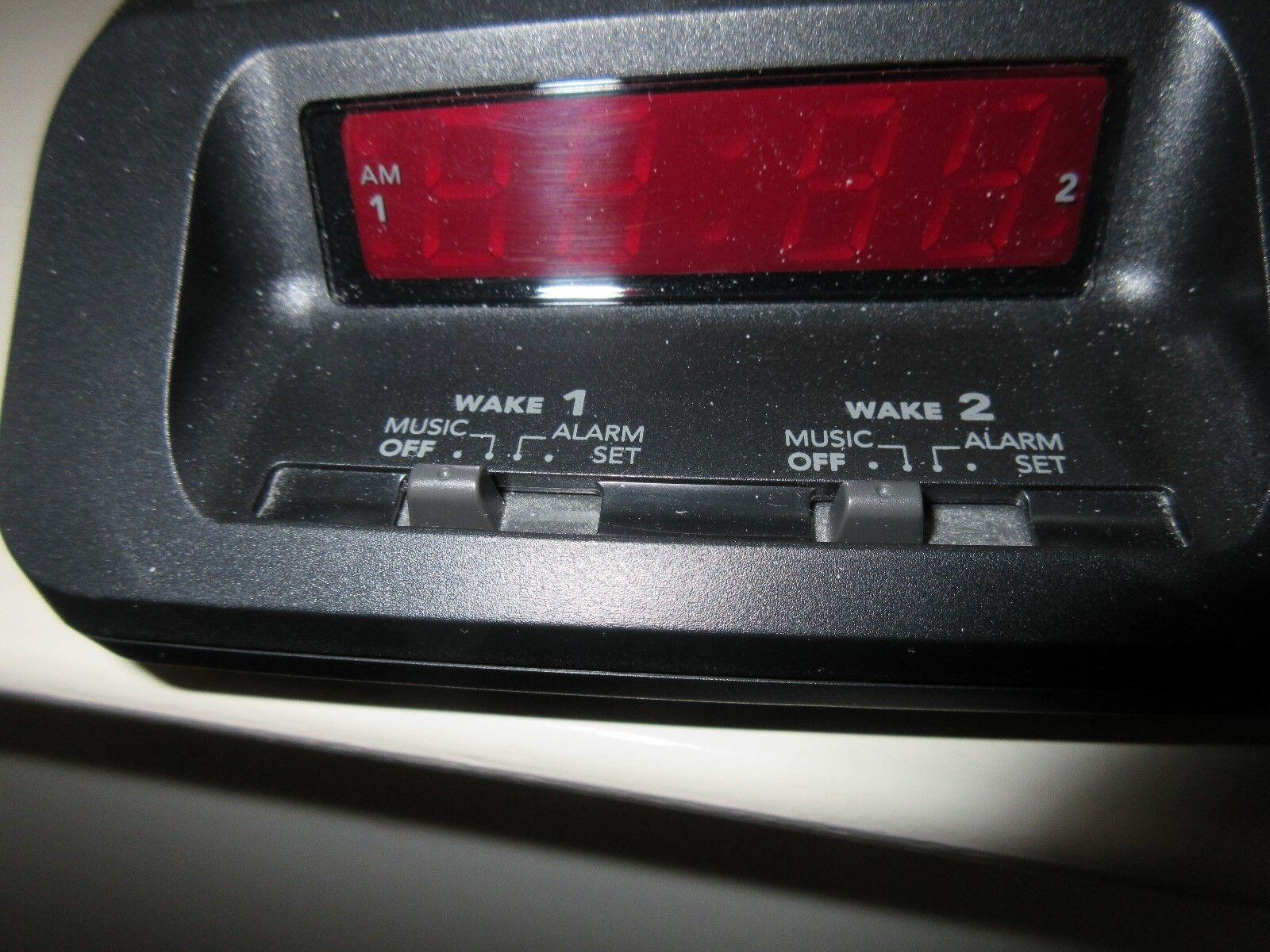 General Electric FM/AM Clock Radio Model # 7-4621A Vint