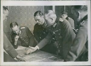 Litovsk discussing the dema Poland in 1939German and Russian officers in Brest