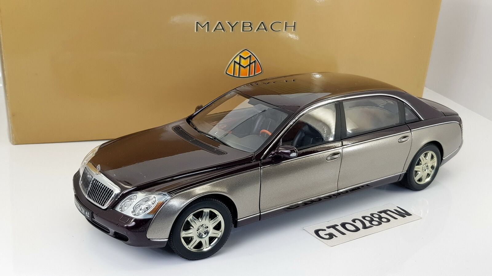 Autoart 1 18 Scale Maybach 62 LWB Dealer Edition-Met. marron or (Mercedes-Benz)