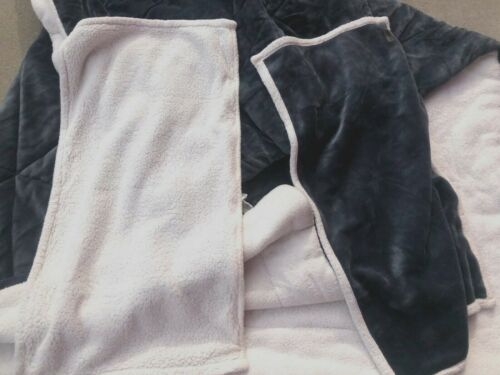 3 pieces UGG Avery Reversible King Blue/off white Sherpa 2 pillows & Comforter