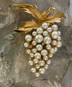 Vintage Gold-tone Faux Pearl and Rhinestone Flower-Shaped Pin Brooch*FREE SHIPPING*