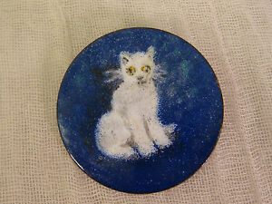 ENAMEL-ON-COPPER-WHITE-CAT-PIN-BROOCH-HANDPAINTED-ARTSIAN-HANDCRAFTED-BLUE