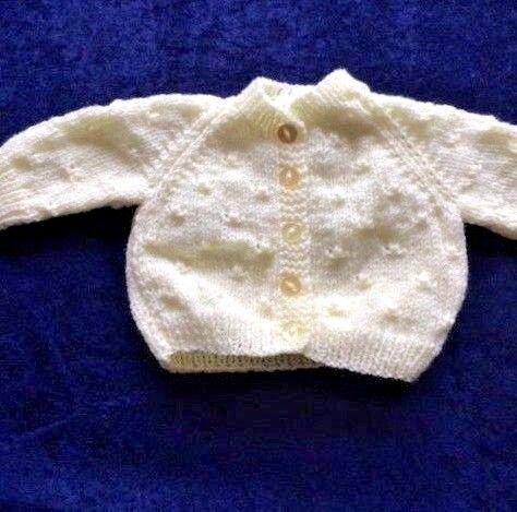 Chaqueta de bebé tejido a mano en una gama de colores 0-3 meses.