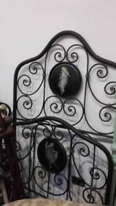 antico letto singolo in ferro battuto con dipinti antichi di fanciulla. '800