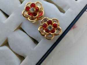 Vintage-Swarovski-Floral-Design-Red-Rhinestone-Stud-Earrings-Gorgeous