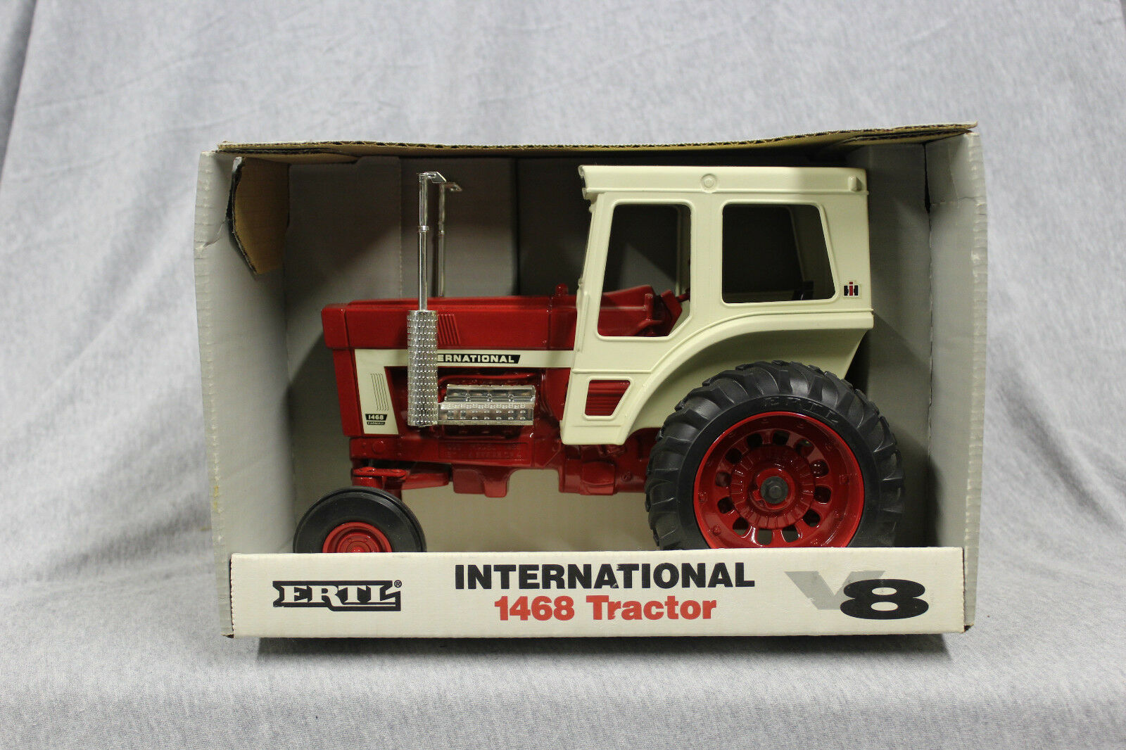1 16 ERTL IH 1468 V8 tracteur  4600
