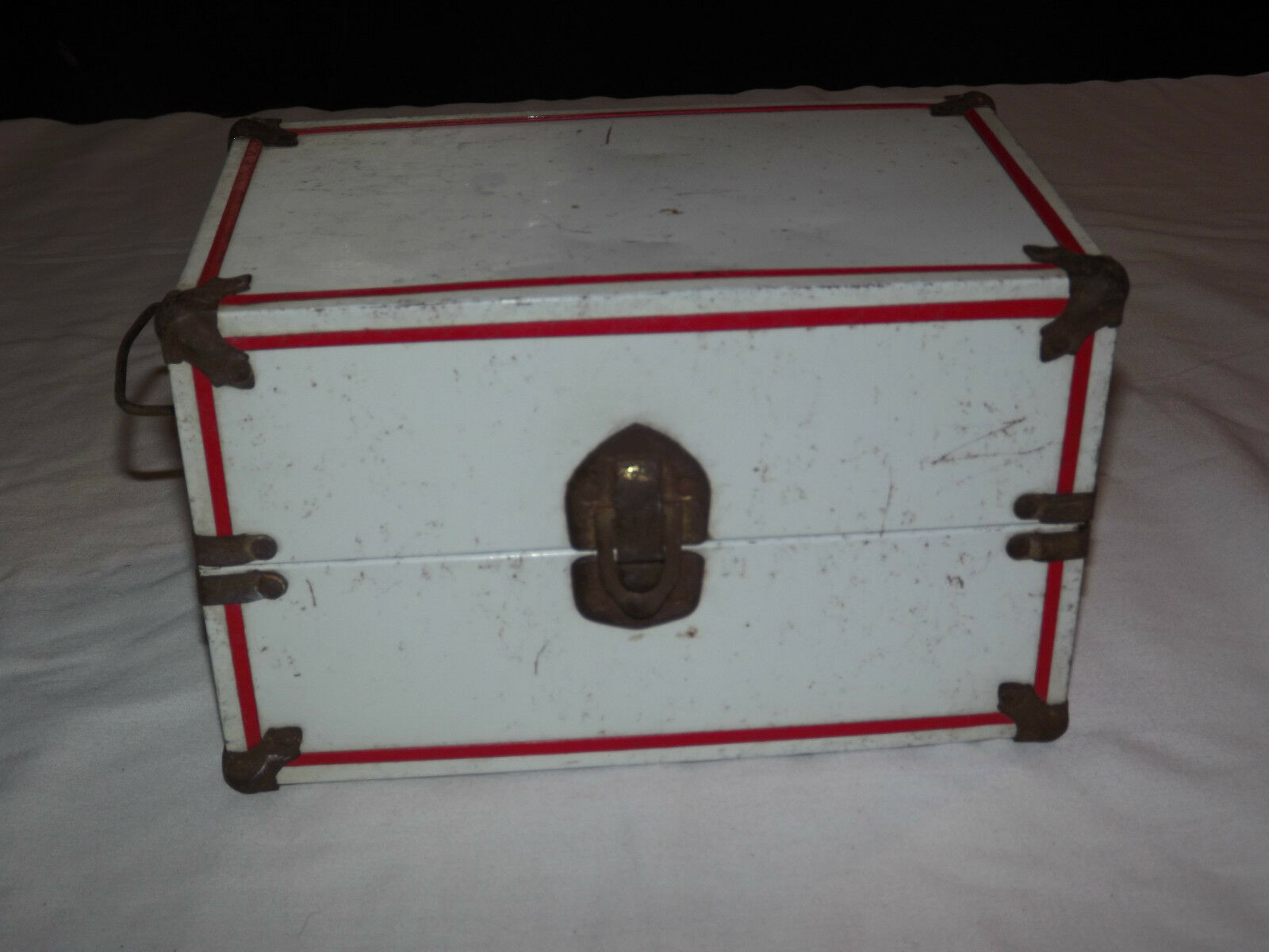 VINTAGE 1950S WHITE WITH RED PINSTRIPE DOLL CLOTHES  METAL CASE BOX CHEST