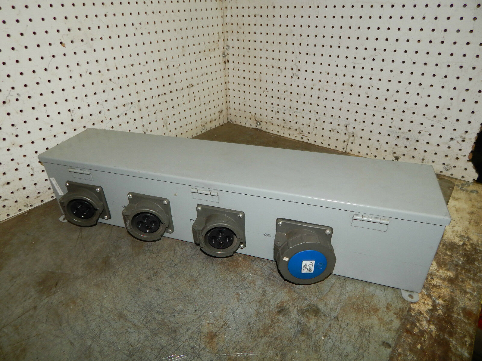 Hoffman F66T30HC Wire Trough Raceway With (4) Ps430r9-w Receptacles ...