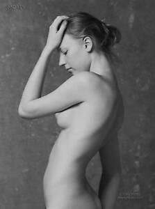 Yelena-38806-05-Fin-Art-Noir-amp-Blanc-Chair-Signe-a-la-Main-Photo-par-Craig-Morey