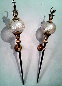 Deux-APPLIQUES-flambeaux-laiton-et-globe-en-verre-decor-de-poisson-dore