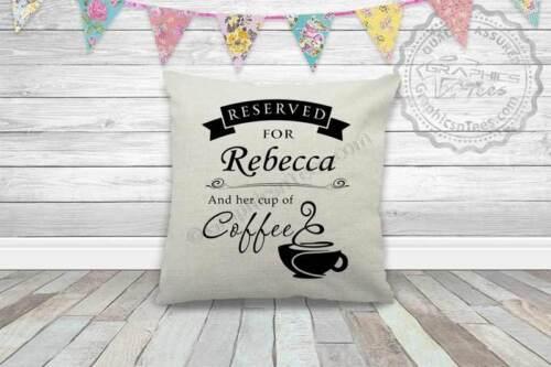 Café citation personnalisé réservés aux nom et tasse de café sur lin coussin