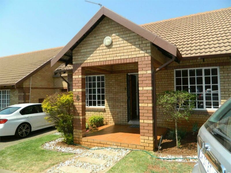 Townhouse in Clubview For Sale