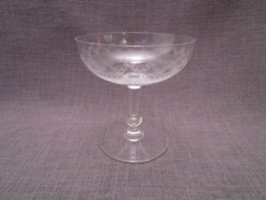 Coupe-a-champagne-ancienne-en-cristal-ciselee