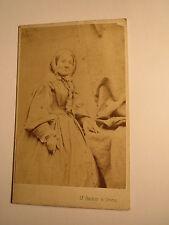 Wien - Katharina Bach als ältere Frau im Reifrock - Kulisse / CDV