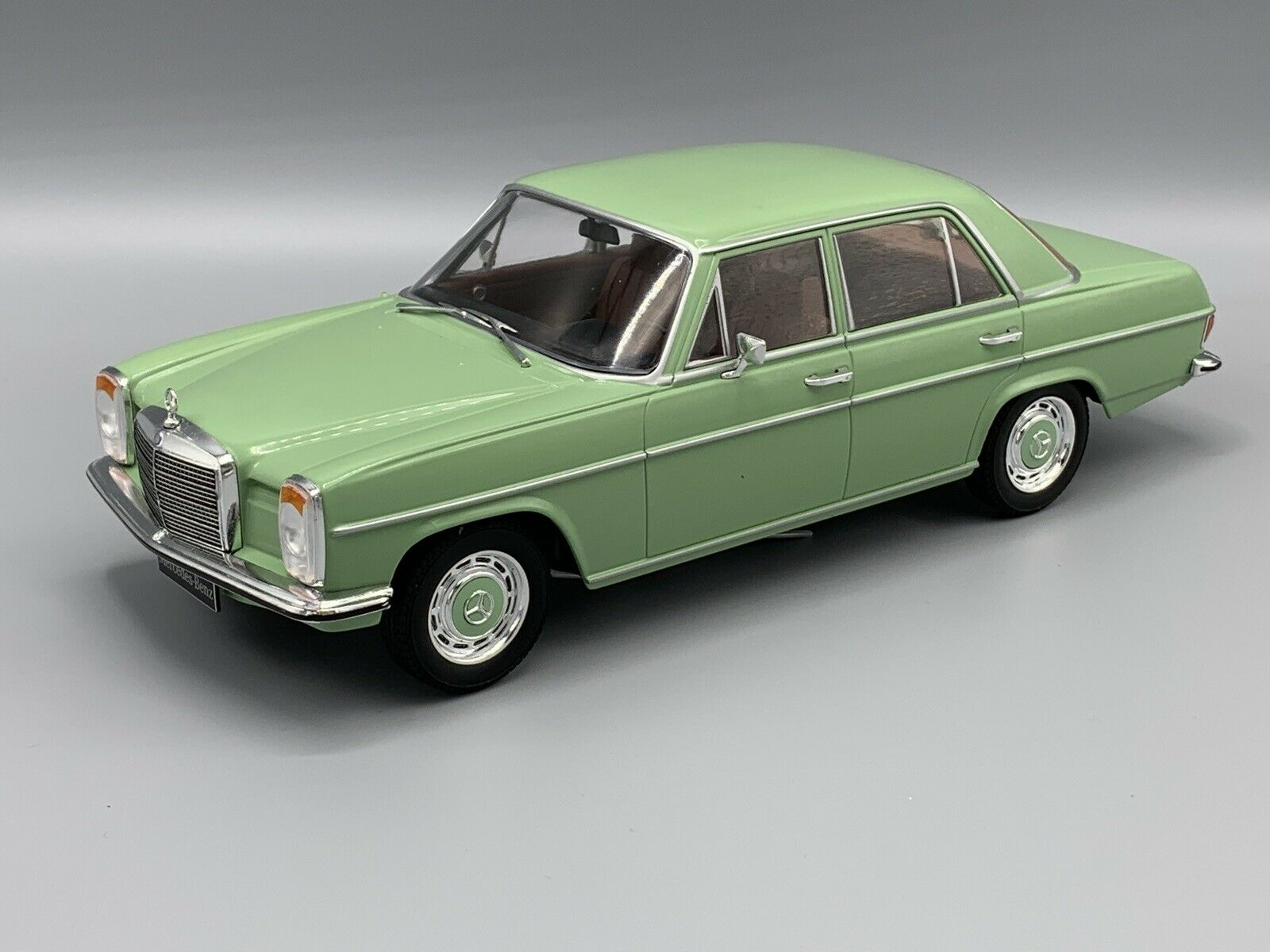 Mercedes Benz 220 D  8 (W115) 1972  hellgreen  1 18 MCG 18116  NEW