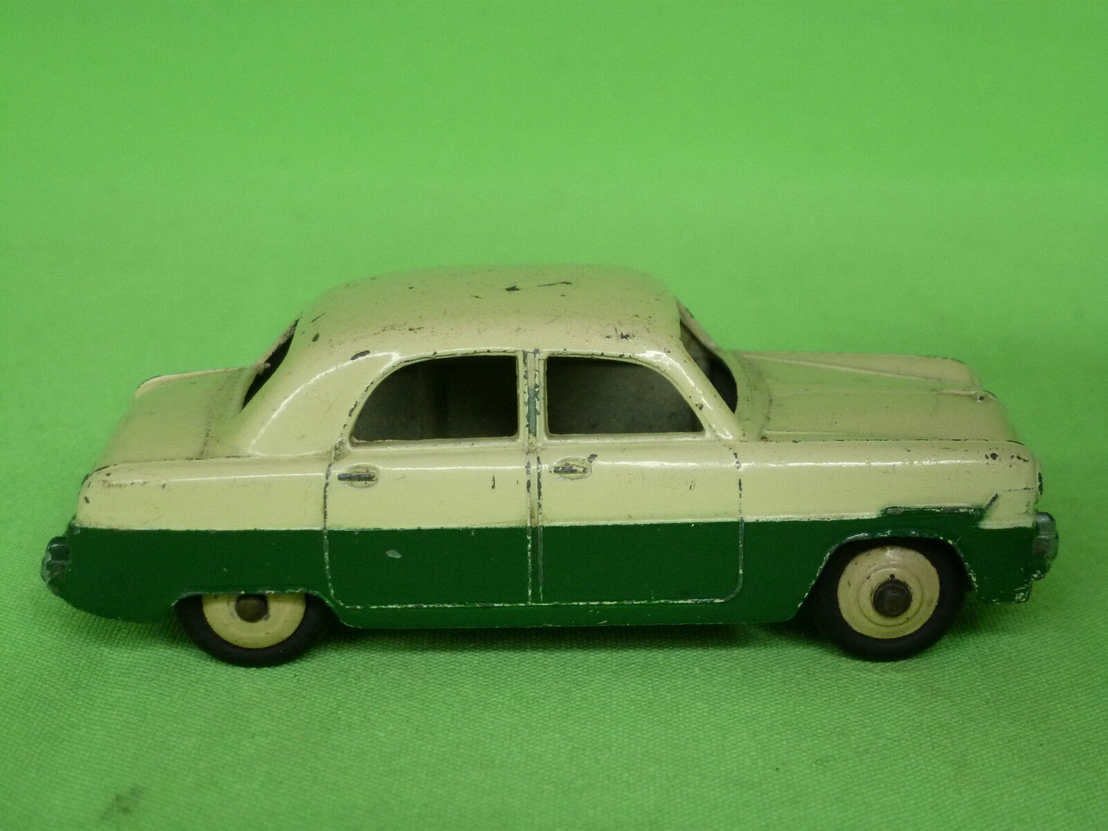 DINKY TOYS  1 1 1 43  FORD  ZEPHYR  -   162   -    IN  VERY GOOD CONDITION ee71d1