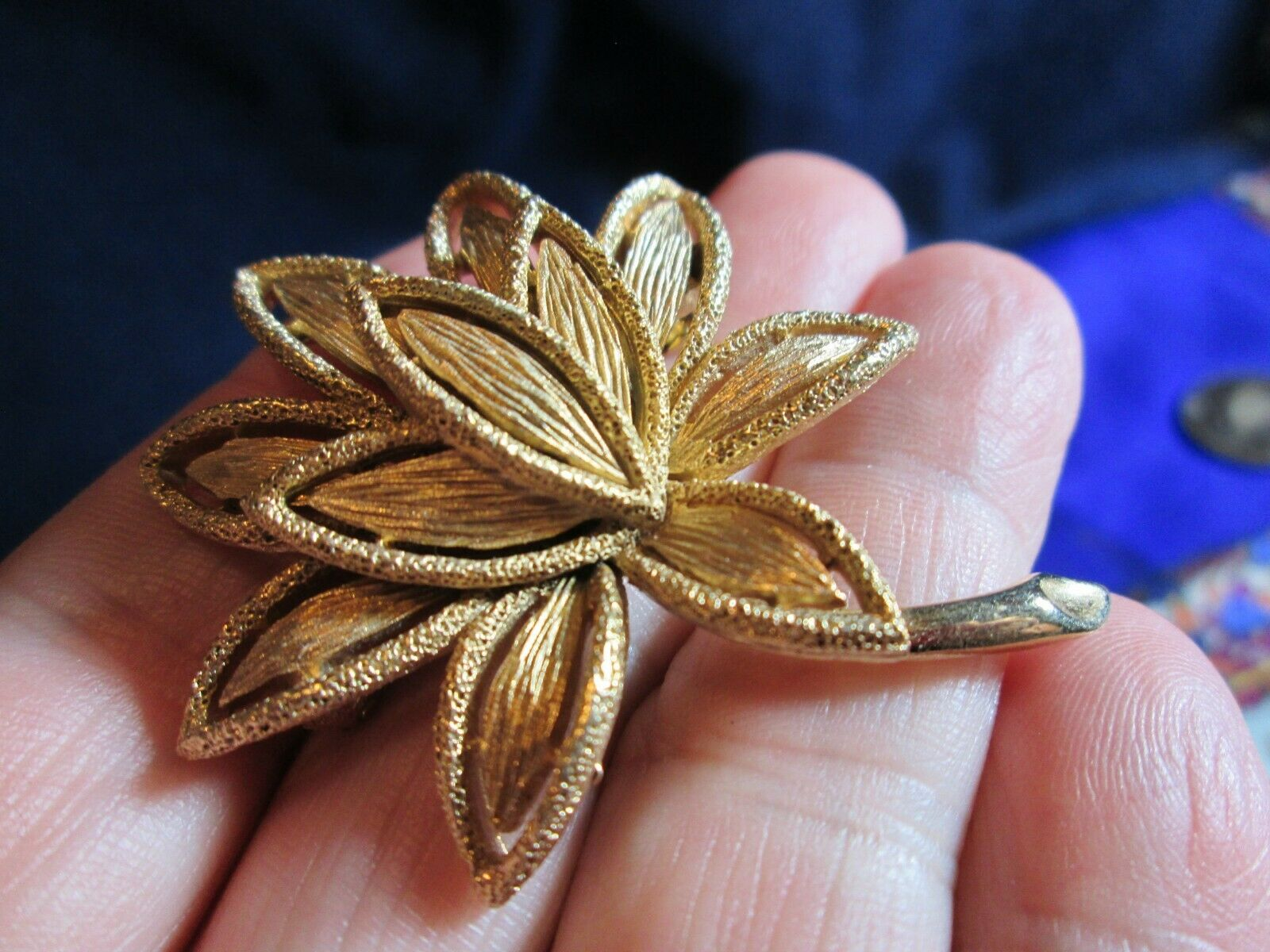 Vintage Textured Gold Tone Openwork Leaf Pin and Clip On Earrings Jewelry Set Florentine Finish Demi Parure