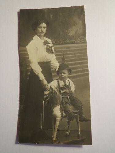 Bonn - 1919 - stehende Frau & kleiner Junge in Tracht auf Spielzeug Pferd / Foto