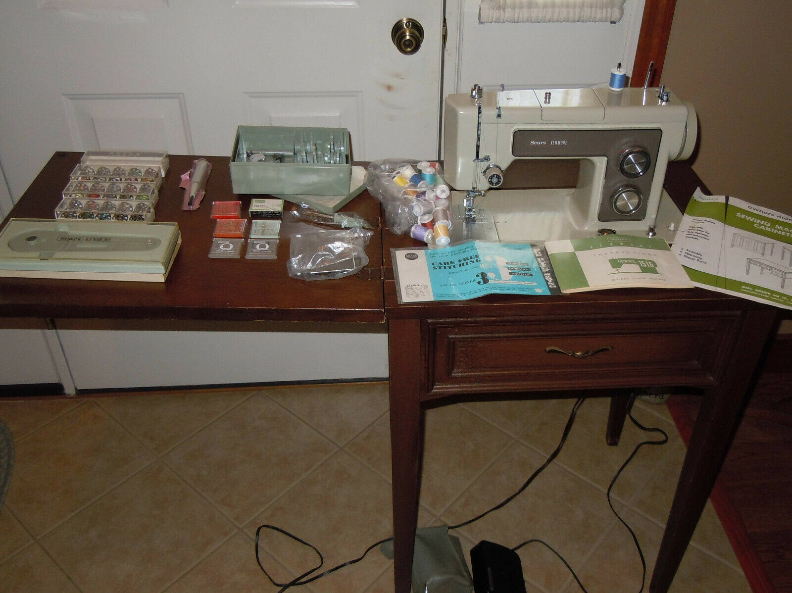 s l1600 - VINTAGE KENMORE SEWING MACHINE 5186 IN SEARS CABINET W/INSTRUC & LOTS OF ACCESS