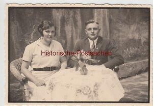 (f10242) Orig. Photo Jeune Couple à Table à Façade De Maison 1930er-afficher Le Titre D'origine