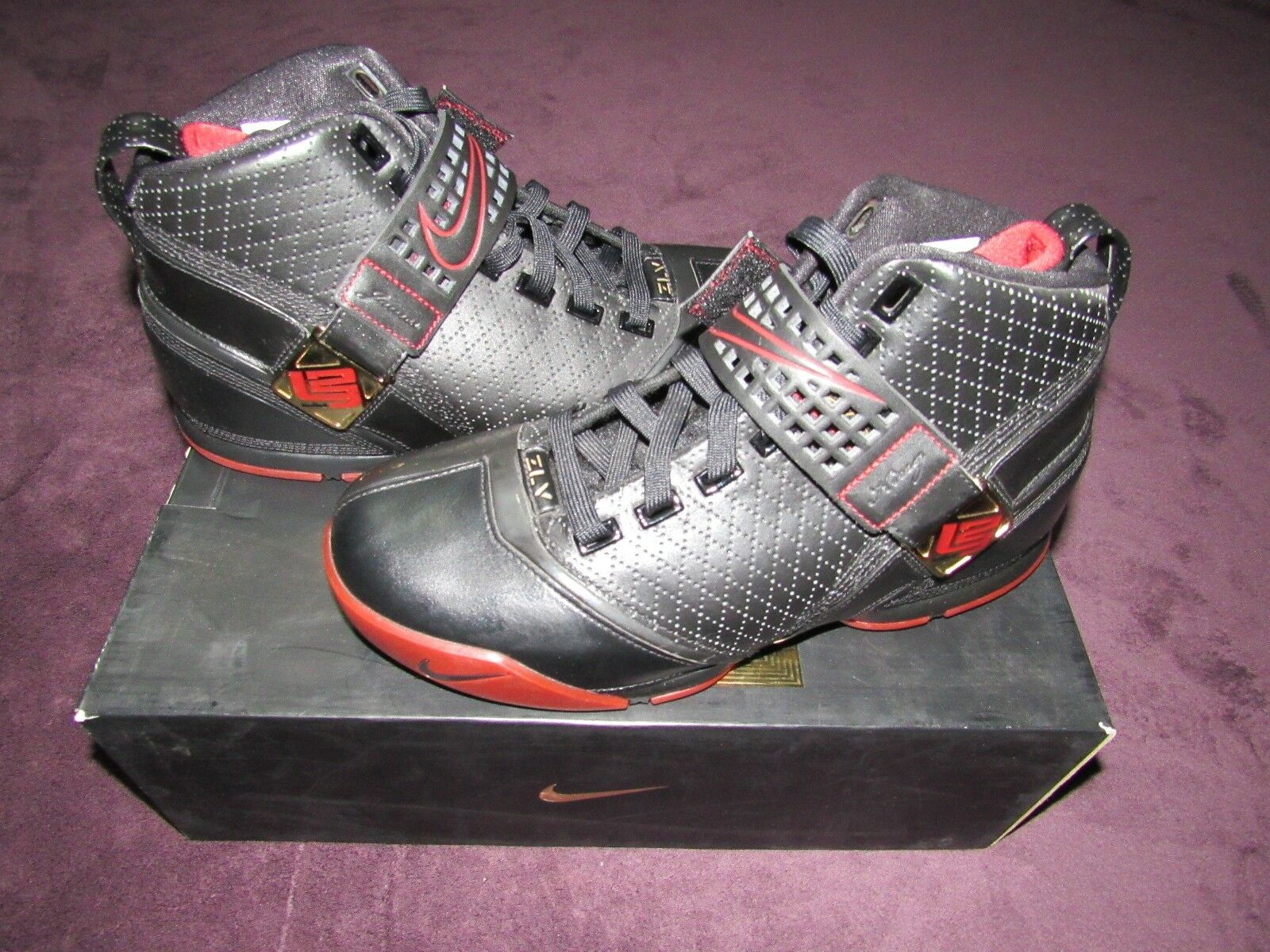 NIB Nike Air Zoom LeBron V 5 Negro Negro 5 Varsity Crimson Metallic Oro Shoes talla 9 nuevos zapatos para hombres y mujeres, el limitado tiempo de descuento 762ed3
