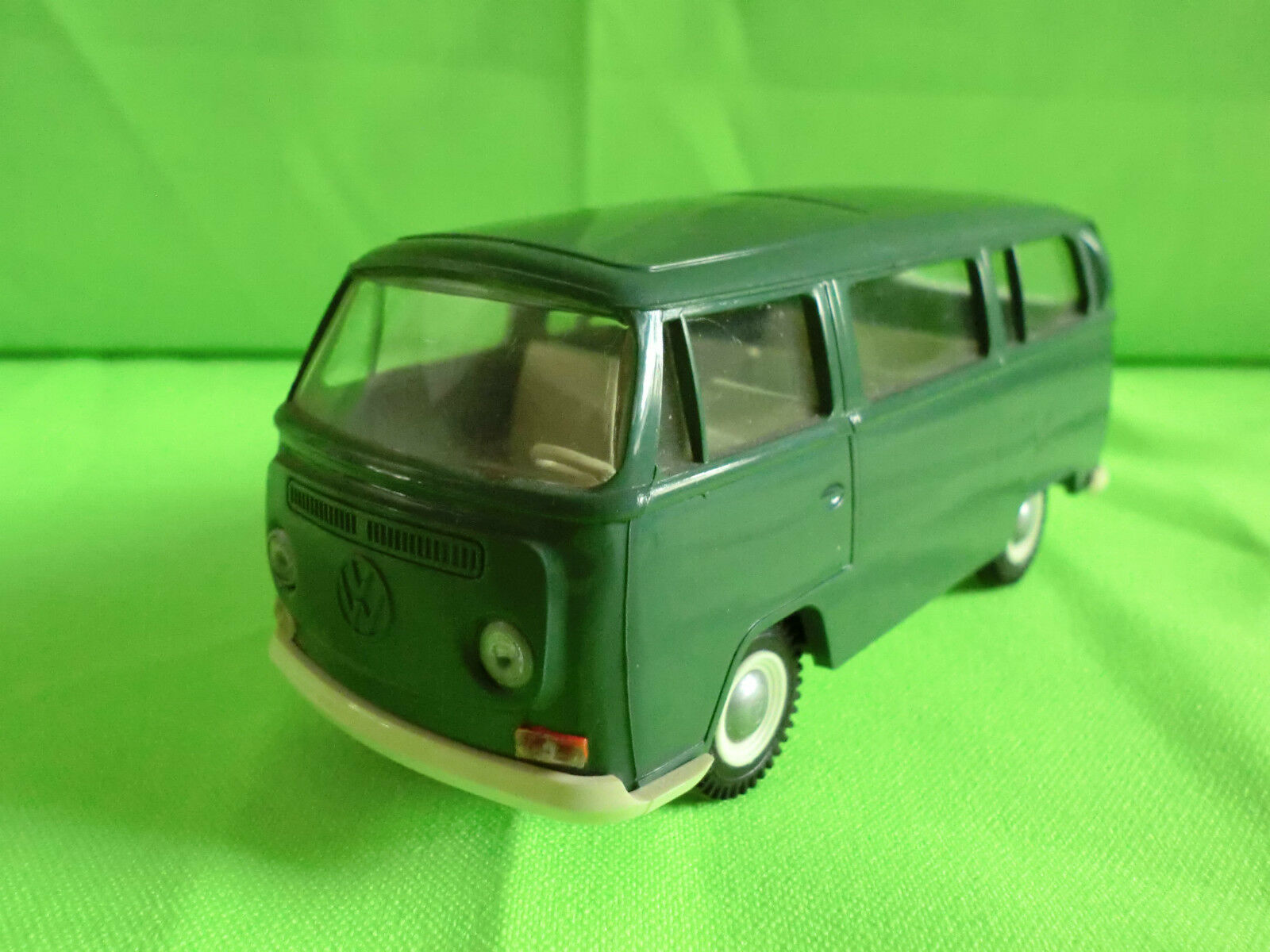 CURSOR CURSOR CURSOR 1 40  VW VOLKSWAGEN   VW BUS - VINTAGE  GREEN    IN NEAR  MINT CONDITION e6abaa