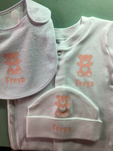 PERSONALISED BABYGROW HAT /& BIB SET NEWBORN//0-3 MTHS SLEEPSUIT PINK BLUE NAMED