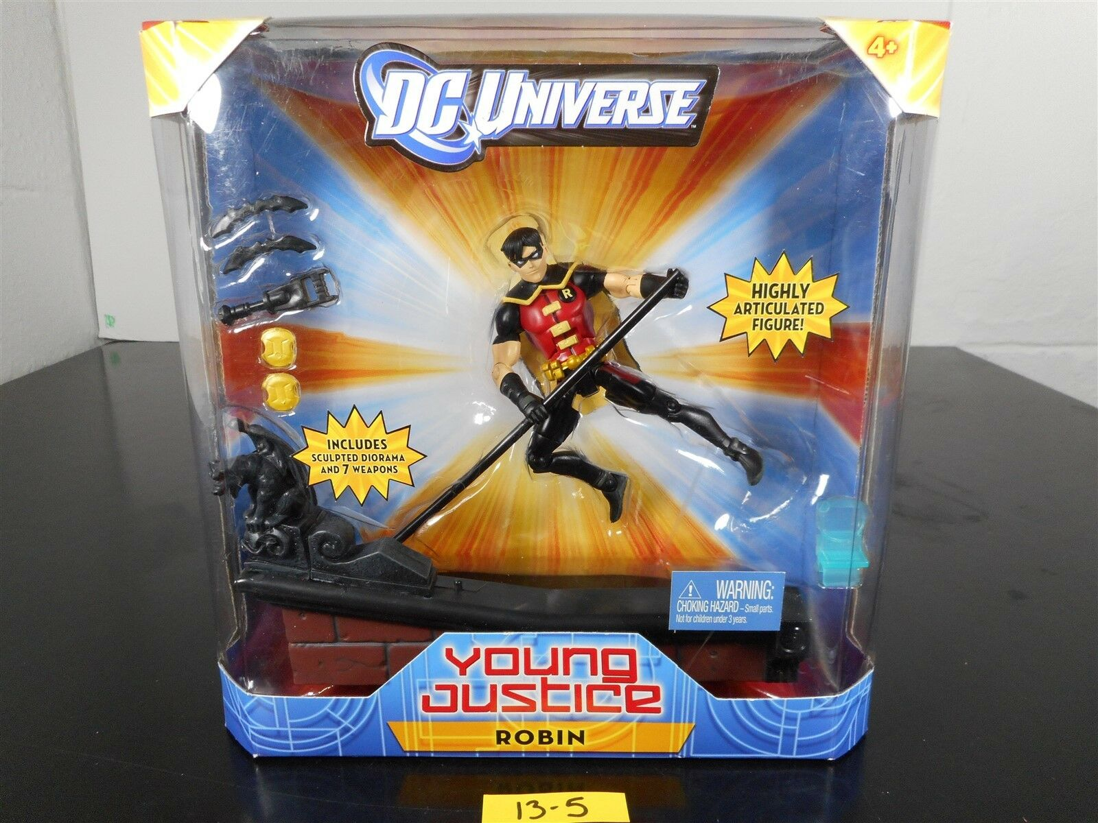 MINT SEALED DC UNIVERSE YOUNG JUSTICE ROBIN SCULPTED DIORAMA & 7 WEAPONS 13-5