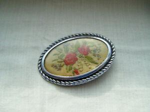 Vintage-Plata-Tono-Marco-Oval-Bordado-Rosas-Rojas-Floral-Broche-Pin-C1950s