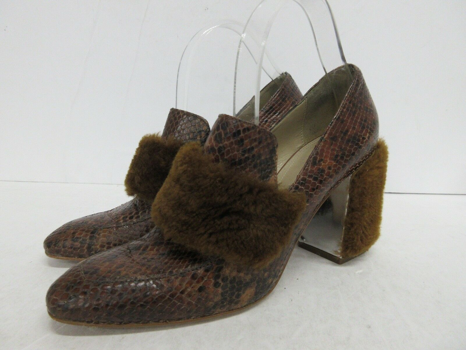 BCBGMAXAZRIA Snake Embossed Pelle Pump with Faux Fur Accents - 40 EUR