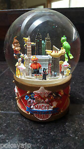 2002 Macy's Thanksgiving Day Parade Musical Snowglobe Waterglobe NEW
