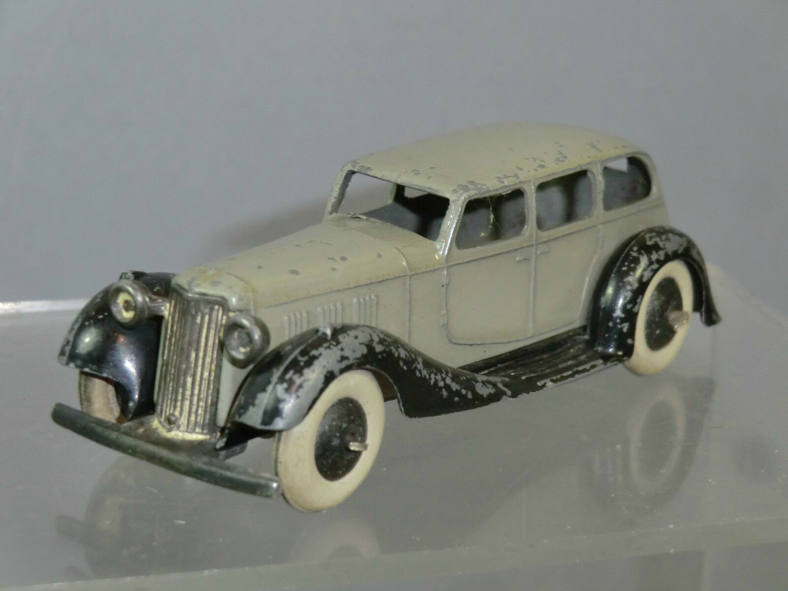 VINTAGE DINKY TOYS MODEL No.36a ARMSTRONG SIDDELEY  SALOON ( grey Version ) RARE
