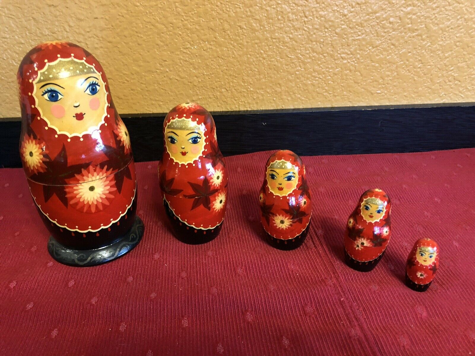 Vintage Russian Soviet Union Nesting Dolls  rosso  Complete Set of 5.