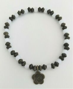 Pulsera-cuentas-de-cuarzo-con-charms-bronce-flor-con-espiral-elastica-18-cm