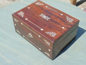 RIO-ROSEWOOD-BOX-INLAID-WITH-INRITICATE-MOTHER-OF-PEARL-DESIGN-WITH-KEY