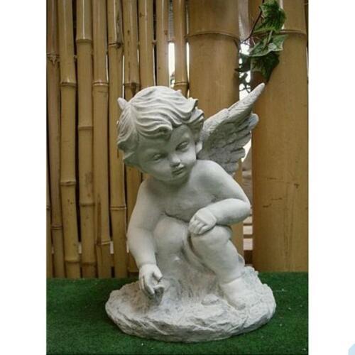 Kleiner Engel aus Steinguss hockend