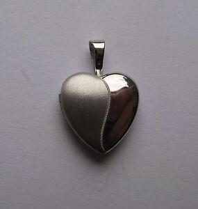 Plata-pequena-planos-y-efecto-satinado-medallon-forma-corazon
